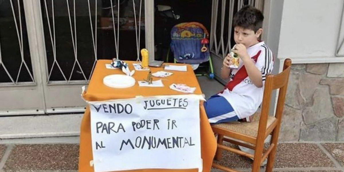 Niño vende sus juguetes para ir a la Final de la Libertadores