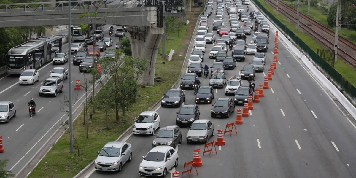 Motoristas de SP enfrentam lentidão no trânsito na volta para casa