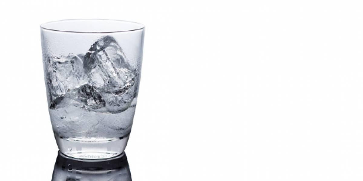 """Pidió agua de la llave en pleno vuelo y azafata le lleva un vaso con hielo: """"Espere a que se derrita"""""""