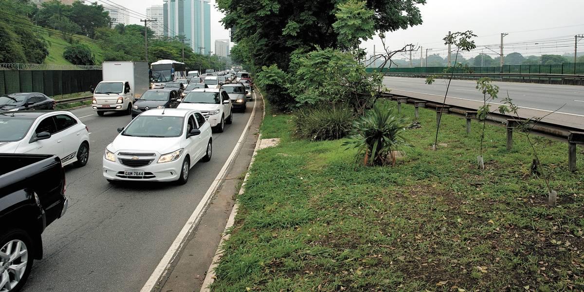 Prefeitura autoriza circulação de táxis sem passageiros em três corredores exclusivos de ônibus