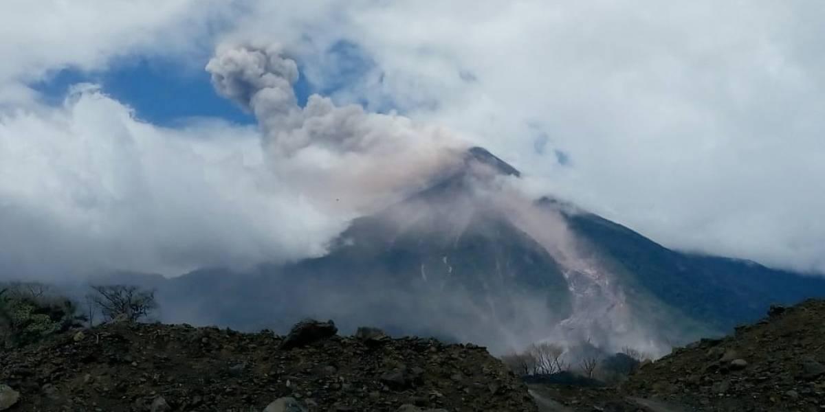 Volcán de Fuego registra descenso de fuertes avalanchas