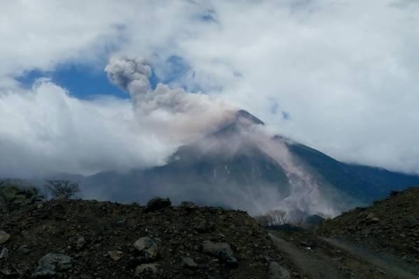 Volcán de Fuego registra avalanchas