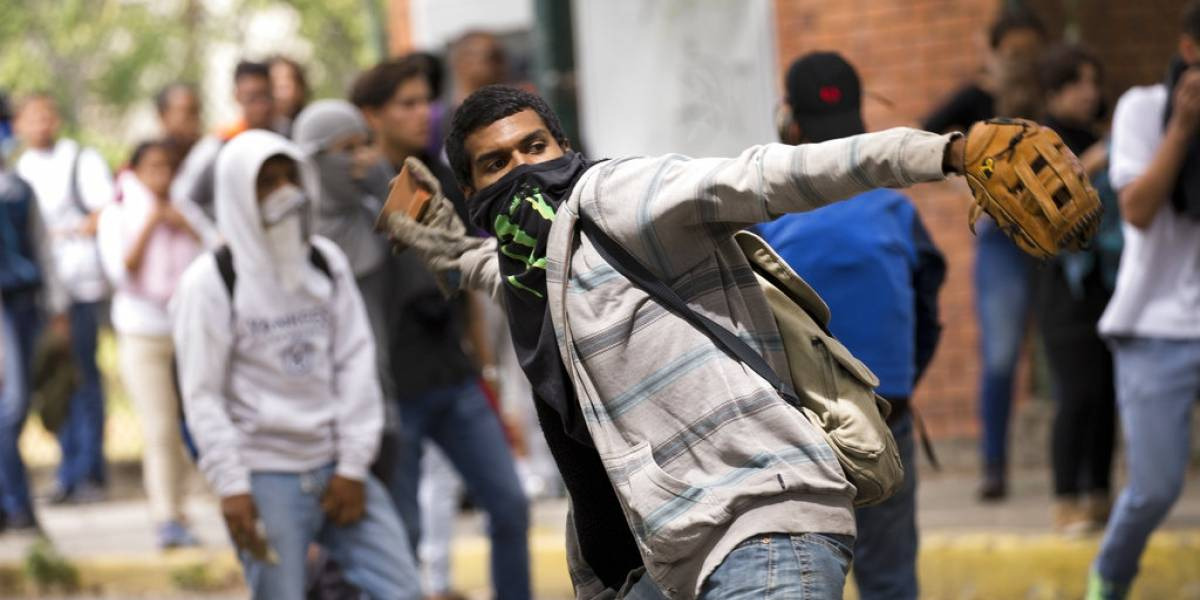 """""""Estudio y fusil"""": Maduro anima a los jóvenes a defender Venezuela """"con armas en la mano"""""""
