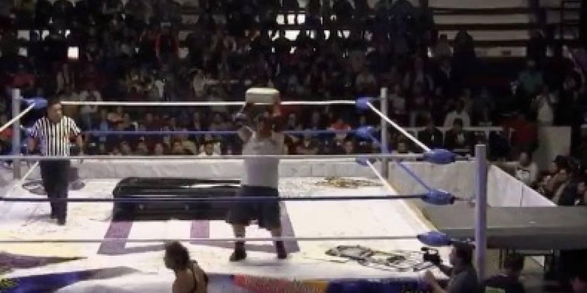 Salvaje agresión impacta a la lucha libre: captan bestial ataque con bloque de cemento a luchador y sufre grave lesión cerebral