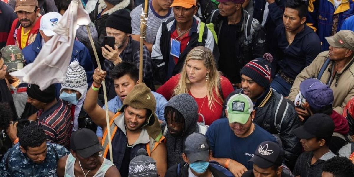 Migrantes de caravana marchan hacia puente fronterizo con Estados Unidos