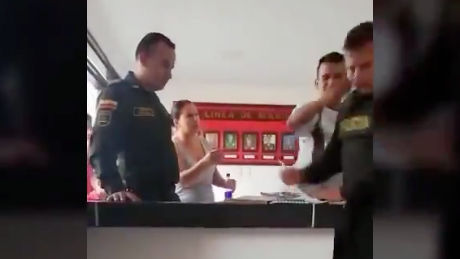 Con un puño en la cara, infractor mandó al piso a un policía que le ponía un comparendo