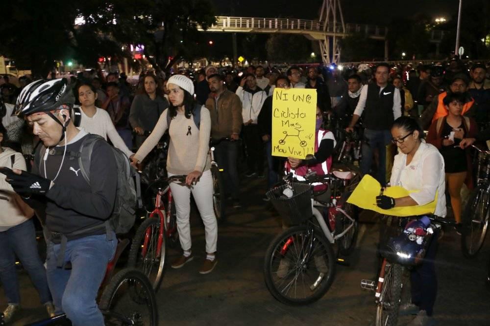 En el lugar exacto en donde murió el joven se colocó una bicicleta blanca Foto: Agencia Enfoque