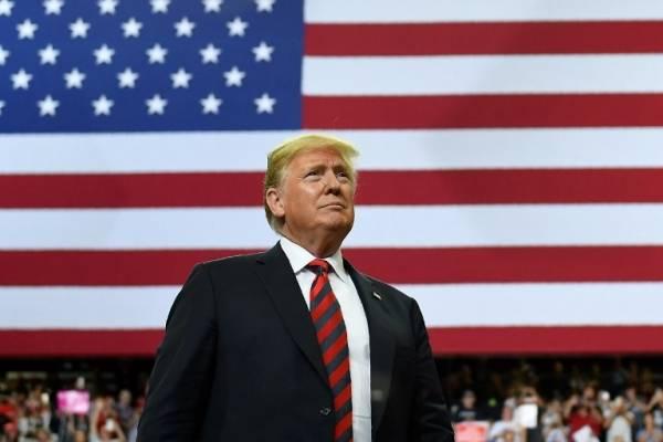 Donald Trump y la bandera de Estados Unidos