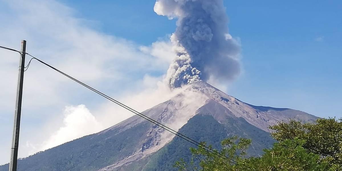 Conred: Volcán de Fuego registra explosiones más frecuentes esta mañana