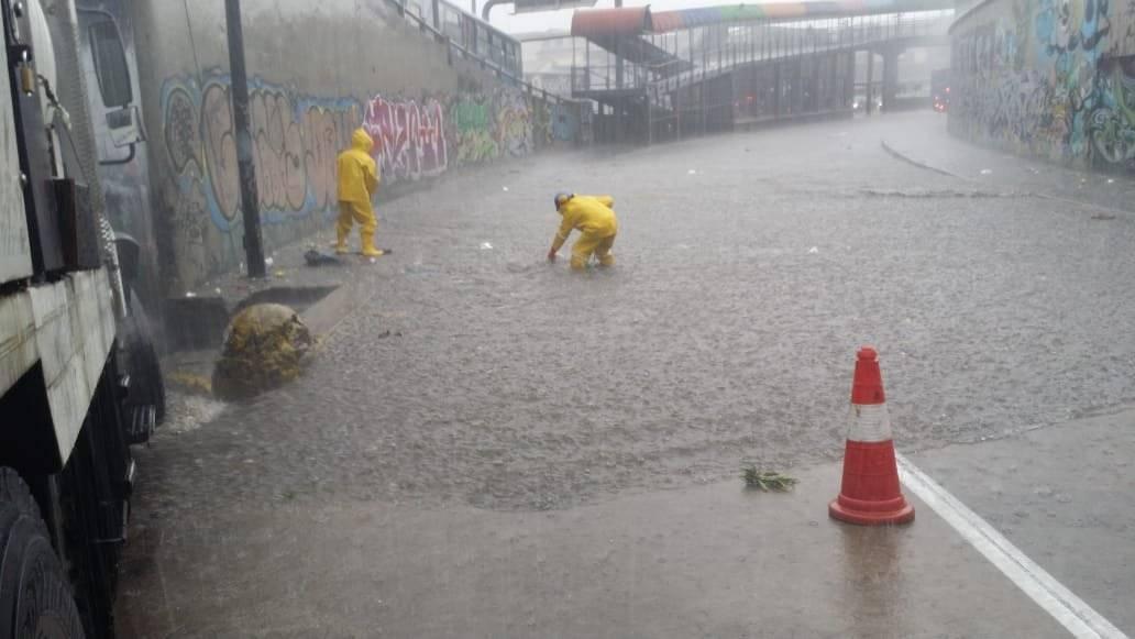 Granizo y acumulación de agua en el Centro de Quito Cortesía