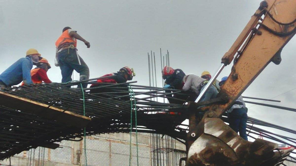 Quito: Dos heridos y un fallecido en accidente laboral en el sector de Carapungo BOMBEROS QUITO