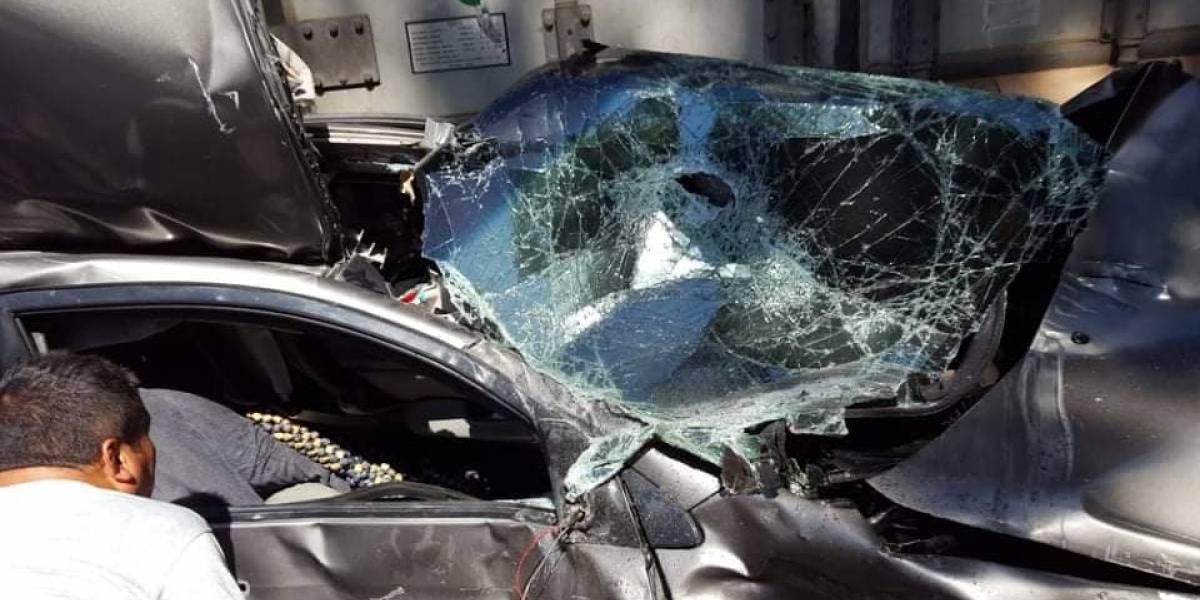 VIDEO. PMT separa automóvil de las llantas de un tráiler luego de aparatoso accidente