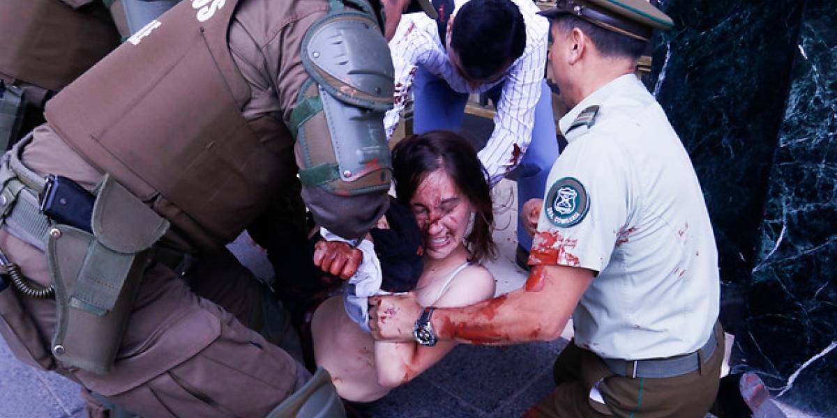 Detienen a estudiantes que arrojaron pintura a Dirección General de Carabineros en protesta por caso Catrillanca