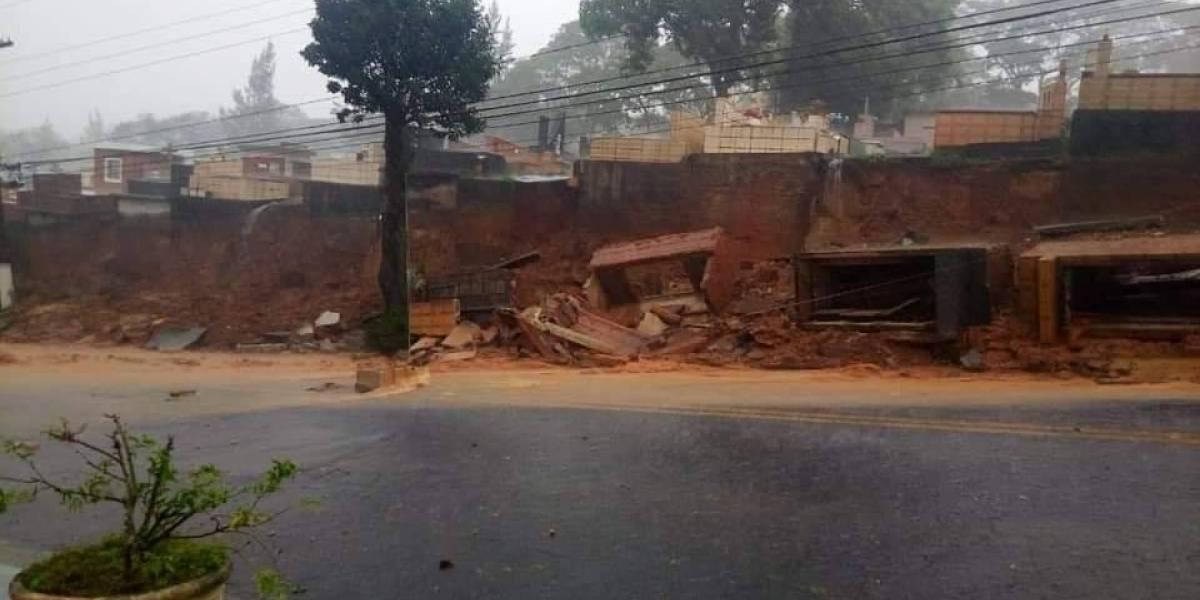 Muro de cemitério desaba com a força da chuva em Santo André e deixa túmulos expostos