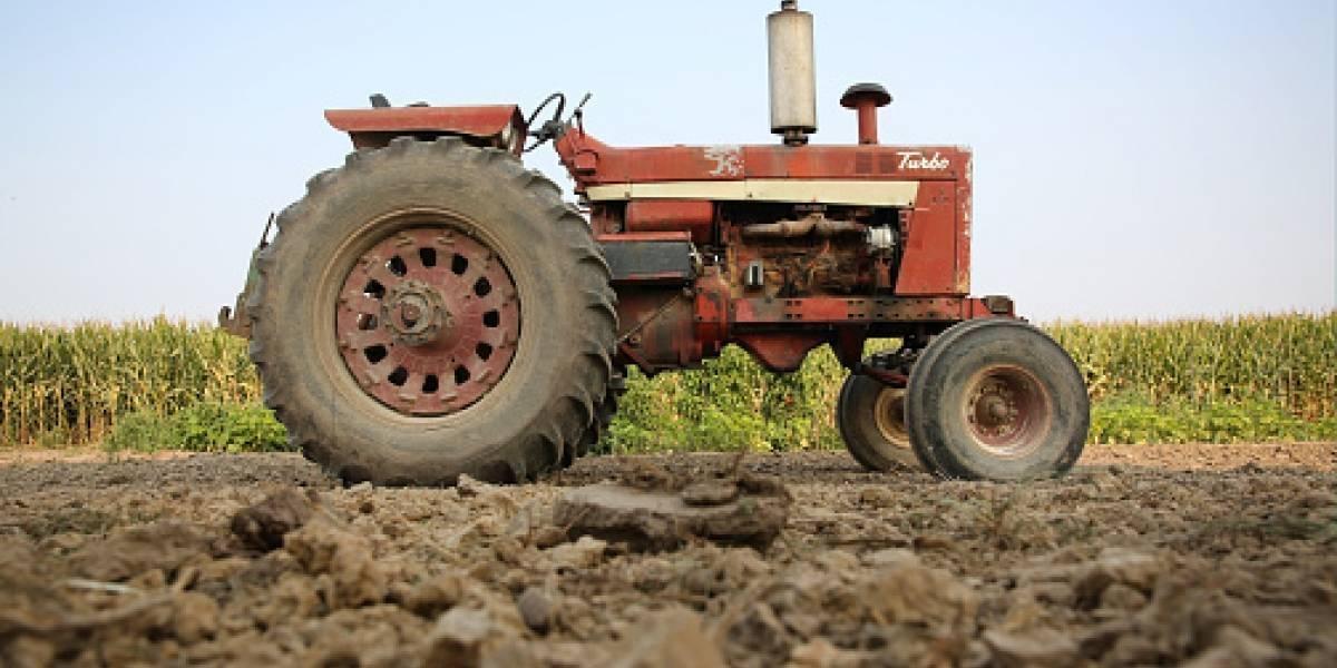 Multimillonario muere atropellado por su tractor por culpa de su perro