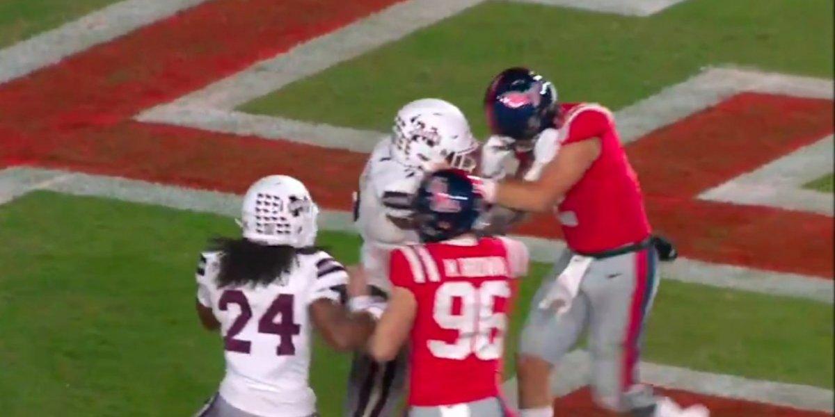 VIDEO: Equipos de futbol americano colegial protagonizan terrible pelea en pleno partido