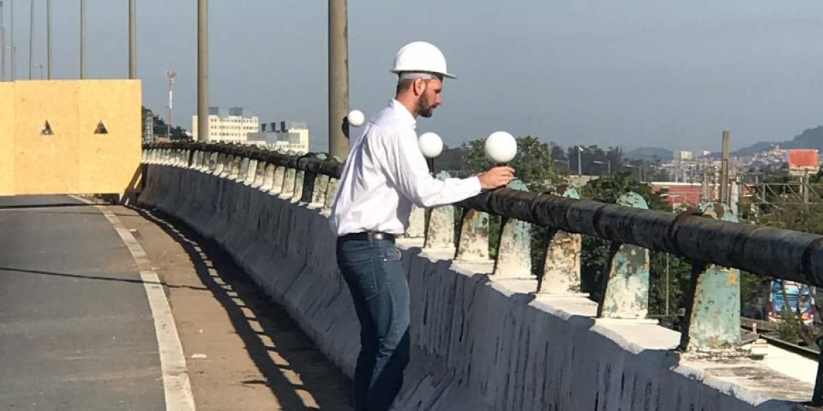 Técnicos posicionam scanners no viaduto da marginal Pinheiros; estancamento foi concluído