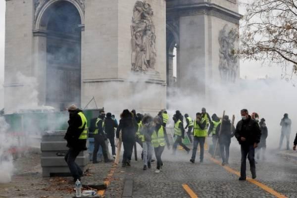 Disturbios en los Campos Elíseos de París.