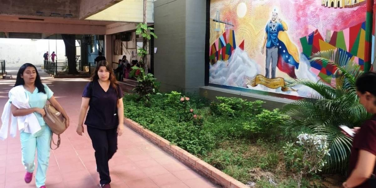 Os profissionais de países vizinhos que aproveitam a crise para economizar estudando em universidades na Venezuela