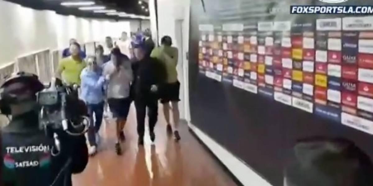 VIDEO: Apedrean camión de Boca y jugadores llegan afectados al Monumental
