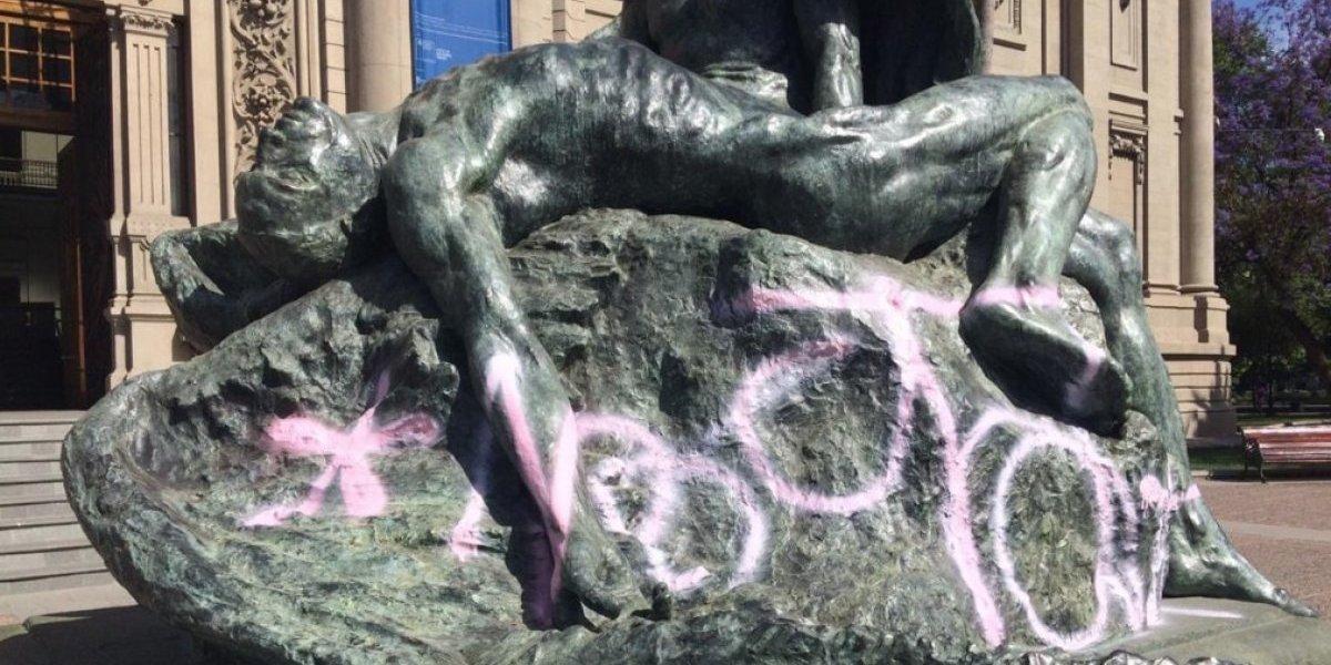 ¡Ya, córtenla! Otra vez dañaron escultura del Museo de Bellas Artes con grafiti que ni siquiera se entiende