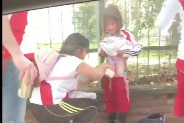 Indignación por video donde envuelven a niño en bengalas por partido Boca-River