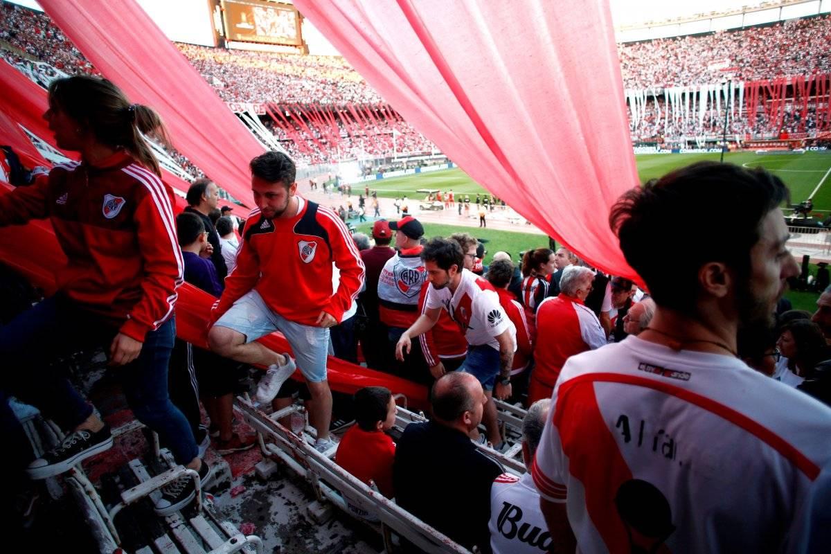 Torcedores do River ficam presos dentro do estádio fazem festa para o jogo que não aconteceu. REUTERS
