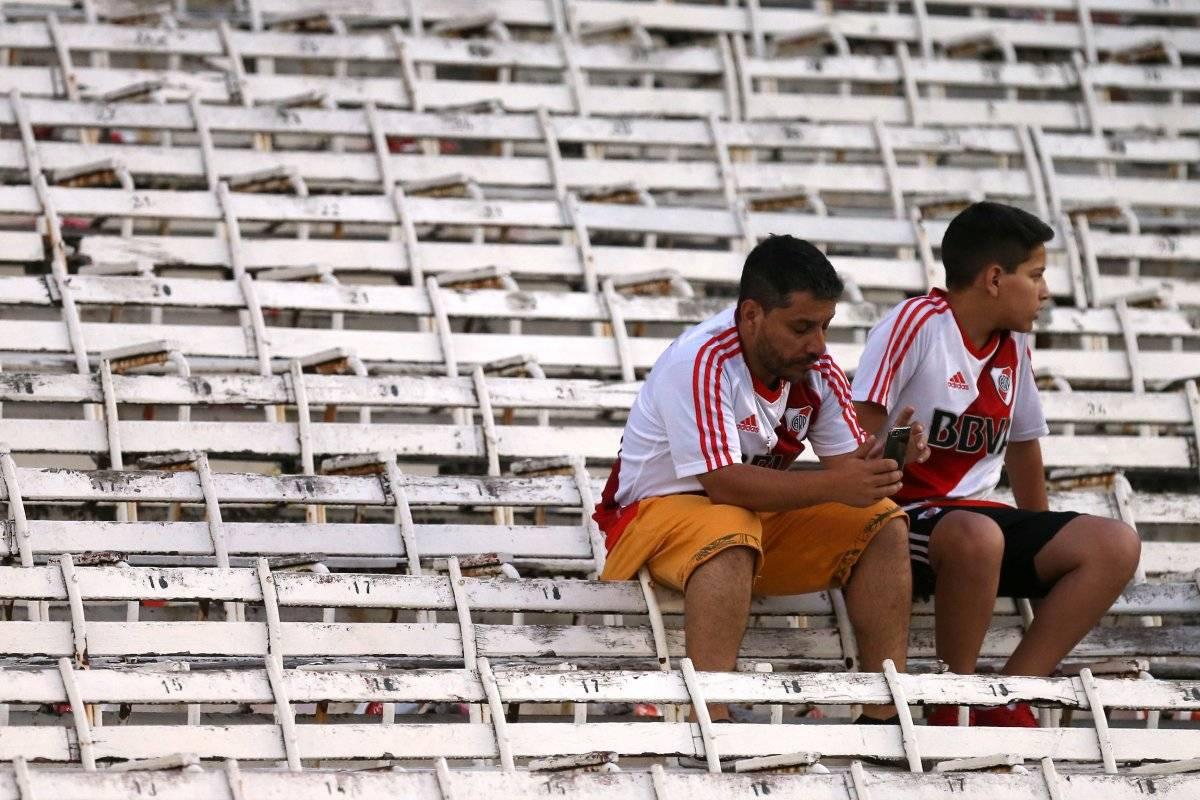 Frustração: torcedores desolados após pagar mais de 50mil pesos, cerca de seis mil reais REUTERS/ AGUSTIN MARCARIAN