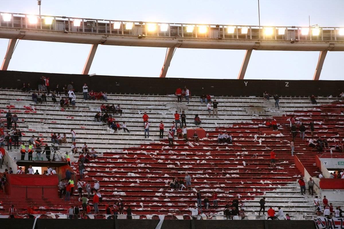 Monumental vazio após anuncio de adiamento da partida. Torcedores esperaram mais de duas horas. REUTERS/ AGUSTIN MARCARIAN