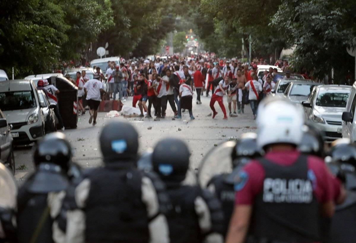 A polícia dispersa parte da torcida do River que não tinha ingressos para o jogo. REUTERS/ STRINGER