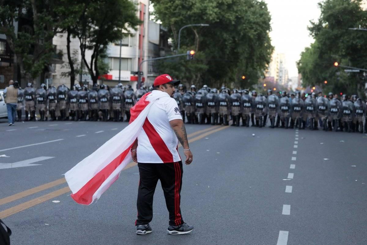 Batalhão de choque toma conta das vias de acesso ao estádio. REUTERS/ STRINGER