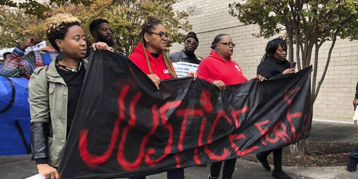 Marchan para protestar muerte de joven negro a manos de Policía