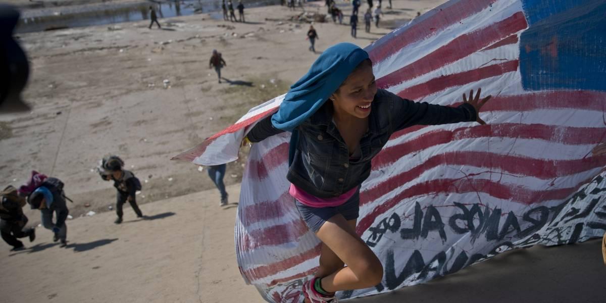 Migrantes intentan cruzar frontera de Estados Unidos