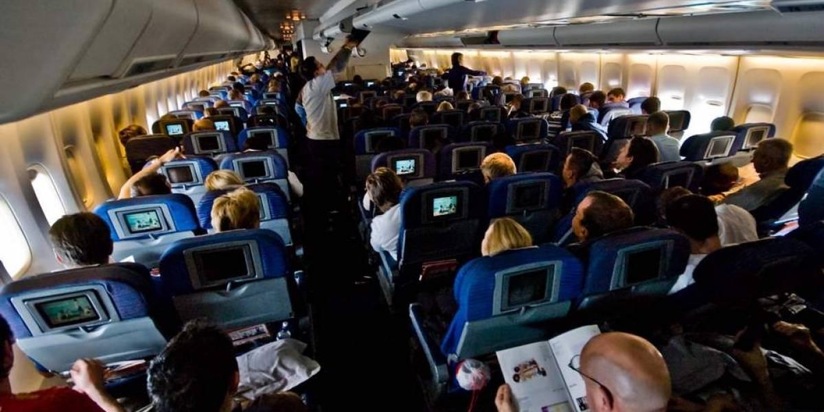 Controvertido algoritmo de aerolineas cobra más a familias por sentarse juntas