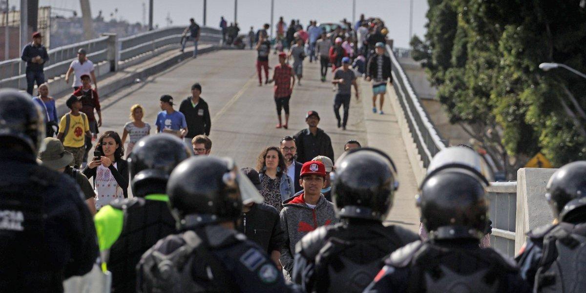 Patrulla Fronteriza frena a migrantes con gas lacrimógeno y balas de goma