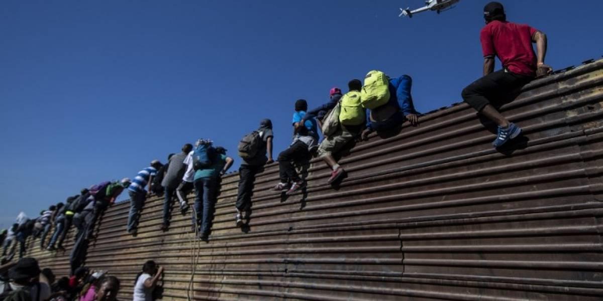 VIDEO. Tensión en frontera: Les lanzan  gases lacrimógenos a migrantes
