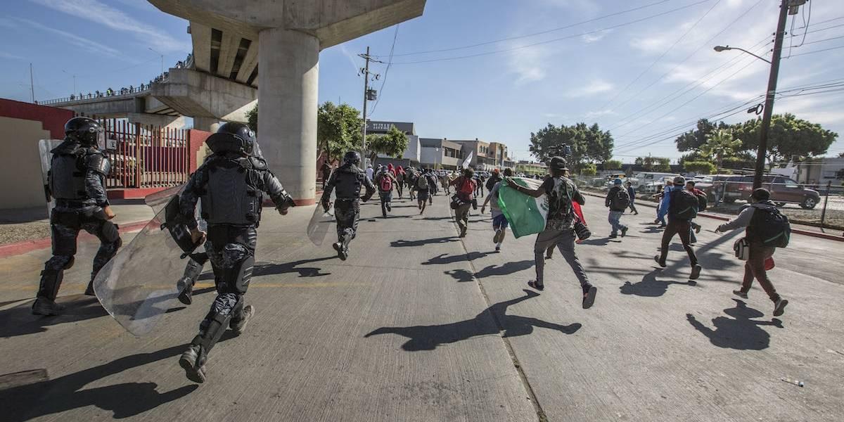 Galería: Migrantes intentan cruzar la frontera con EU a la fuerza