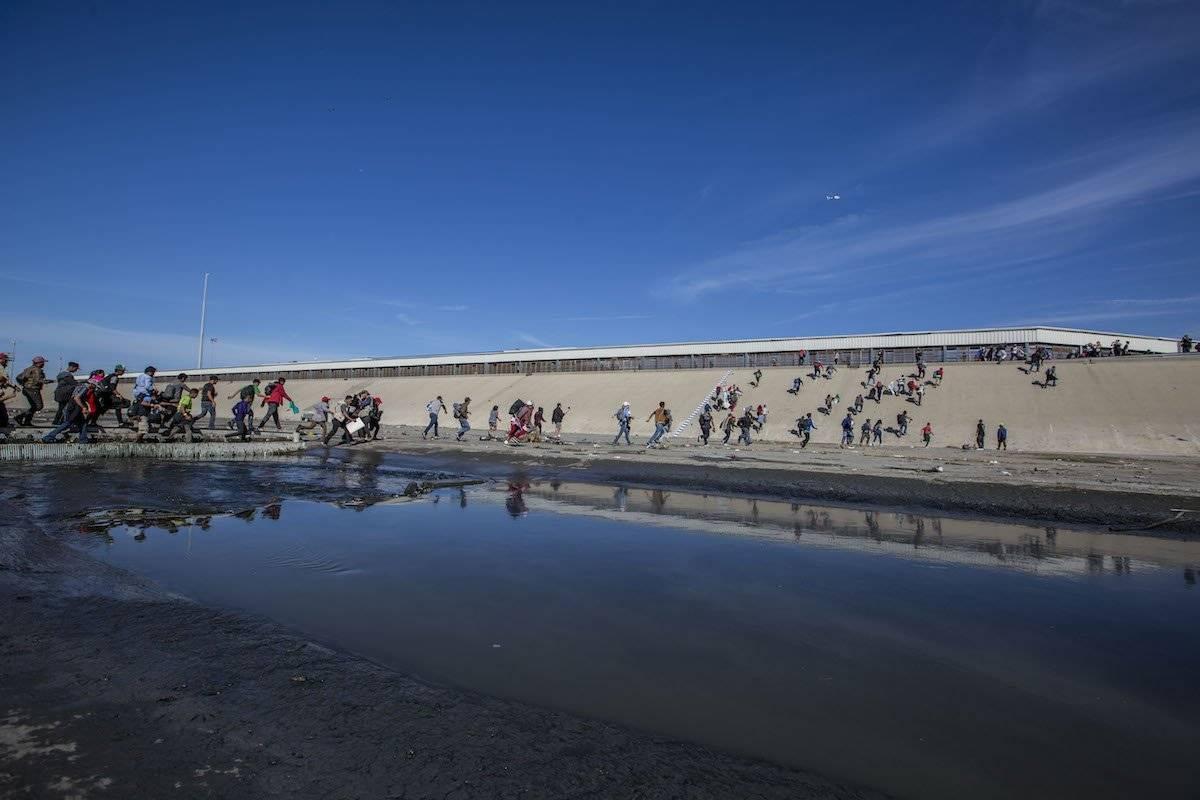Migrantes intentando cruzar el Canal del Río Tijuana Foto: Cuartoscuro