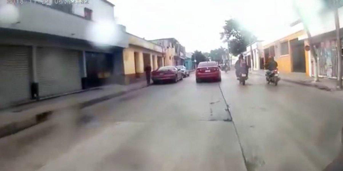 VIDEO. Motorista y acompañante de salvan de ser arrollados en zona 1