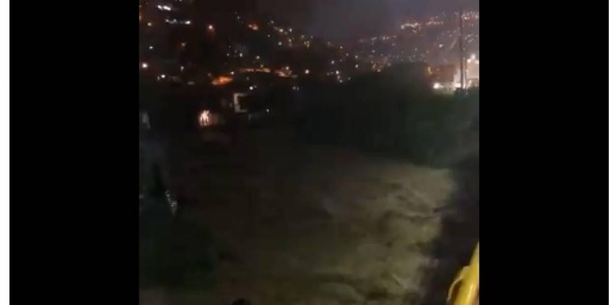 ¡Atención! Se desbordó quebrada en Medellín y se ha llevado casas consigo