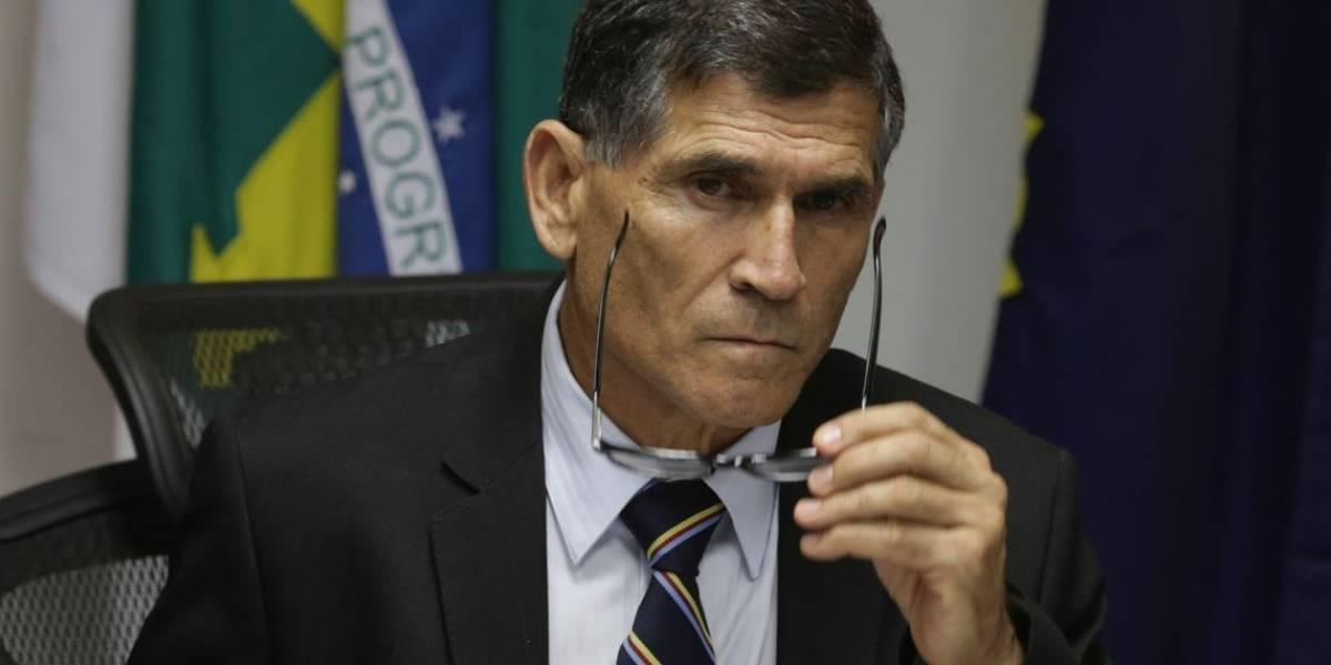 Santos Cruz processa Olavo de Carvalho e militantes bolsonaristas por ofensas