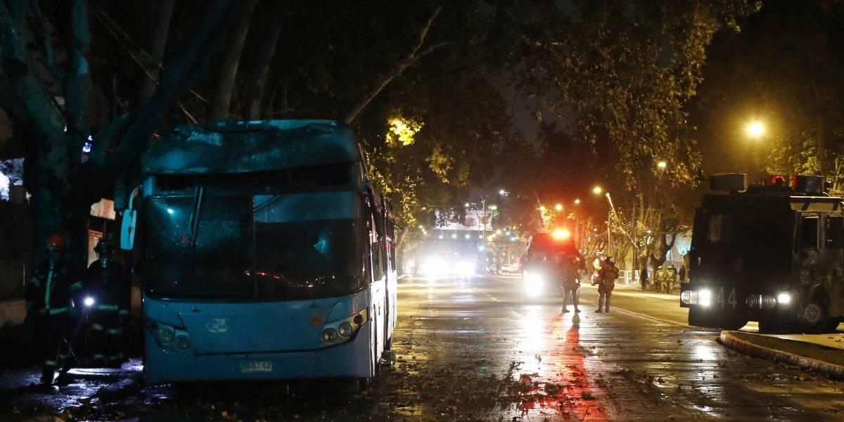 Encapuchados queman bus del Transantiago en Cerro Navia: la habrían rociado de bencina aún con pasajeros adentro