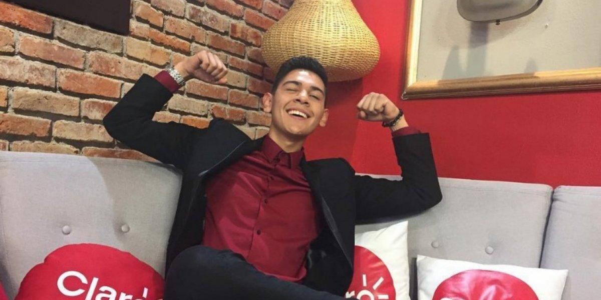 """Luis Zapata no da más de alegría: fanática de """"Rojo"""" sorprendió al cantante con impresionante regalo"""