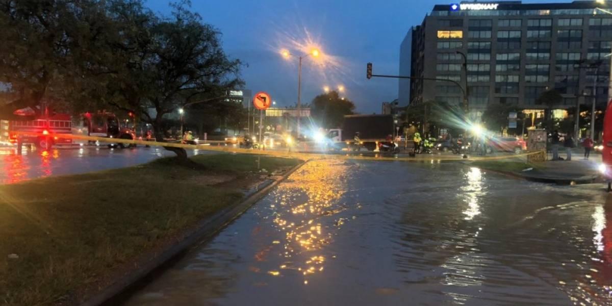 Caos de movilidad en la Avenida Esperanza por tubería rota que ocasionó inundación