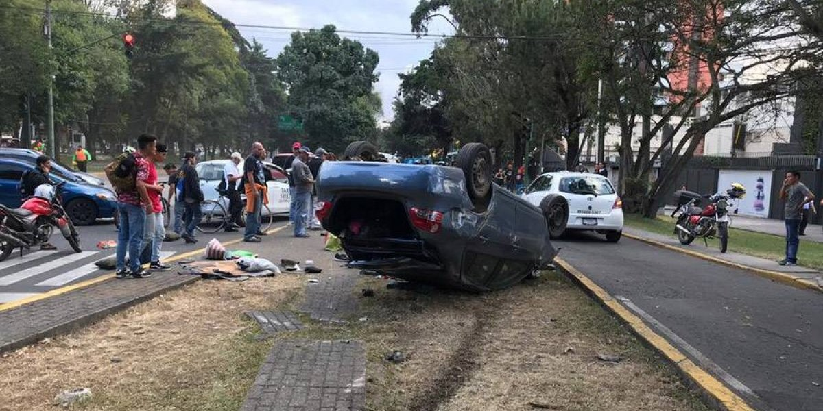 Choque en avenida Reforma deja una mujer herida rescatada con equipo especial de carro volcado