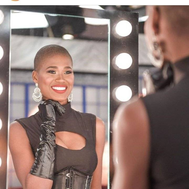 Ceylin sonríe ante el espejo luego de raparse el pelo. fuente externa
