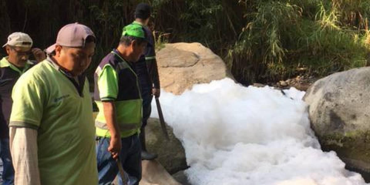 Investigan origen de contaminación en río, que mantiene sin servicio de agua a vecinos