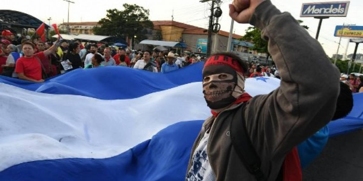 """VIDEO. Policía hondureña reprime protesta opositora para conmemorar un año del """"fraude"""" electoral"""