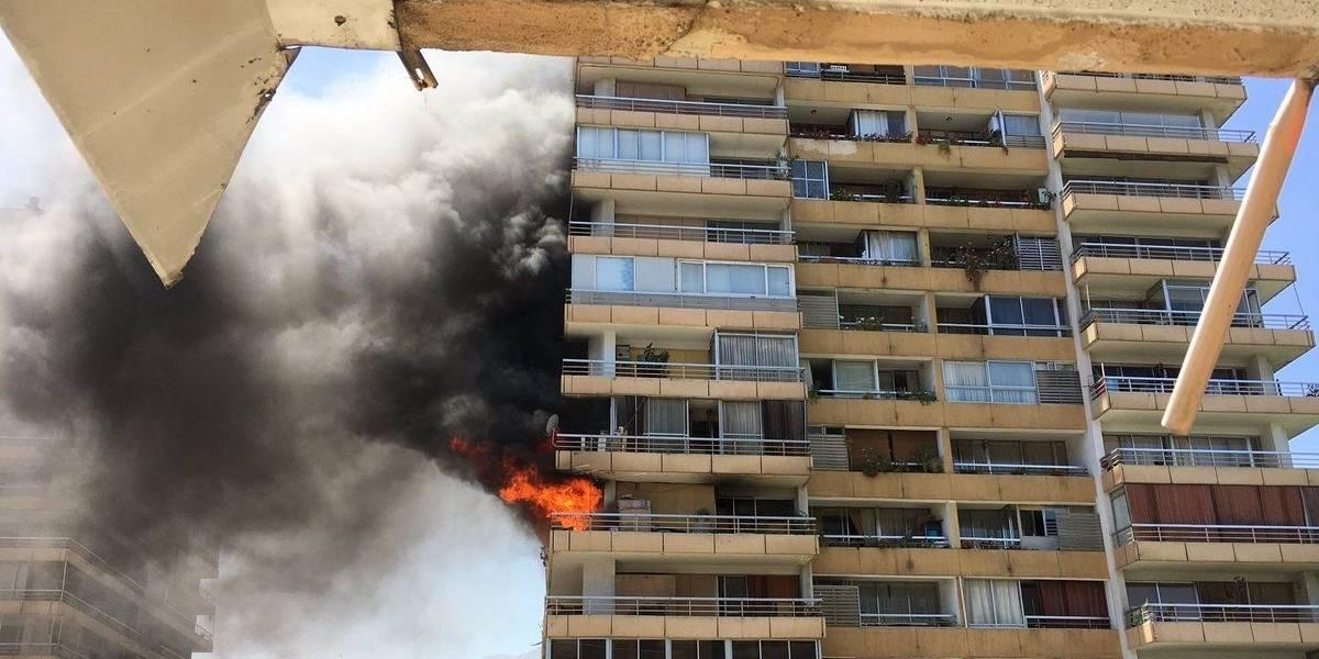 Incendio afecta a tres departamentos de las Torres de Bilbao en Las Condes