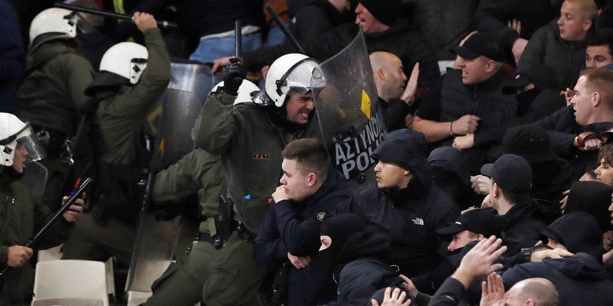 En Europa sí pasa: La pelea de las barras de AEK y Ajax siguió en el estadio y hubo hasta bombas molotov